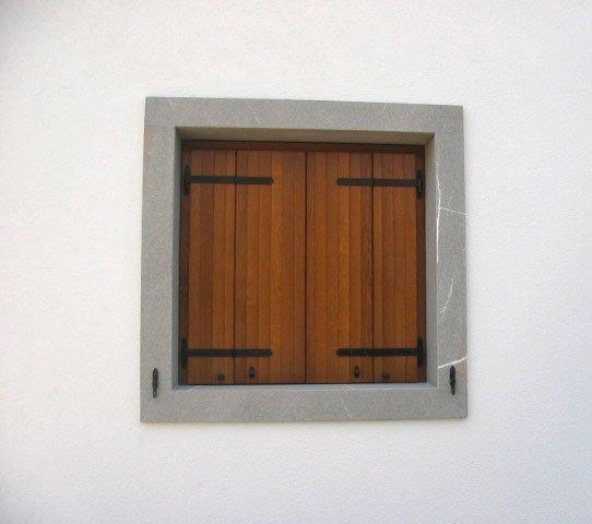 Scuro a doghe verticali apertura a libro montaggio su - Chiusure per finestre in legno ...