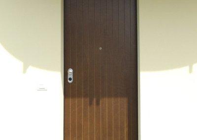 Blindata con pannello esterno in okum e fresature verticali