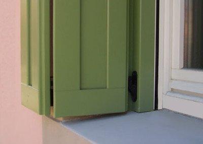 Scuro specchiettato laccato verde apertura a libro dettaglio