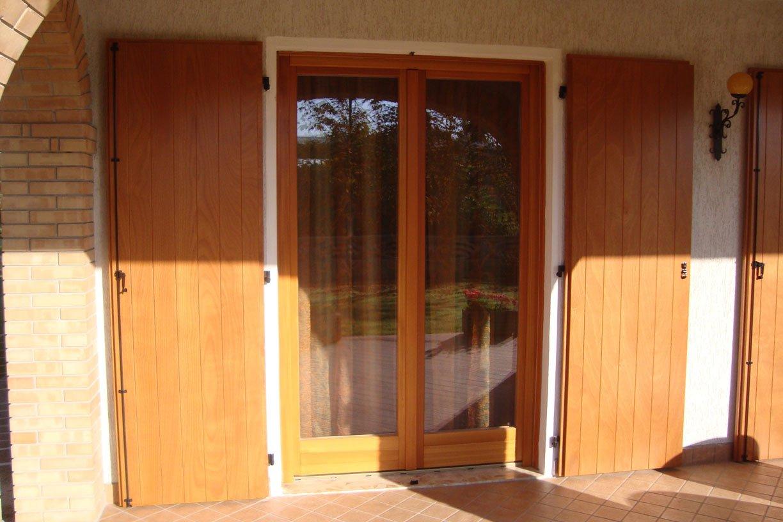 Scuri a doghe verticali e serramenti in legno larice tinta naturale lesizza serramenti - Scuri per finestre ...