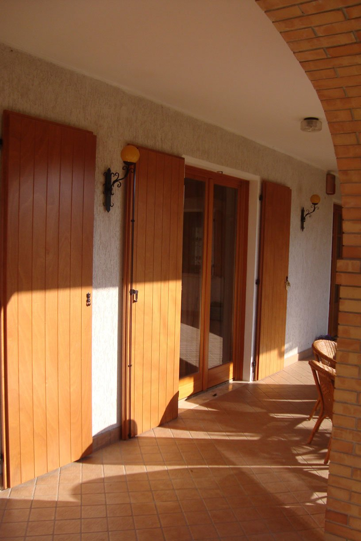 Scuri a doghe verticali e serramenti in legno larice tinta for Rivestimenti in legno verticali